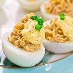 Kiaušiniai įdaryti graikiniais riešutais ir kietuoju sūriu