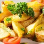 Pikantiškos bulvių skiltelės keptos orkaitėje