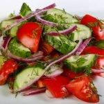 Pomidorų, agurkų ir krapų salotos