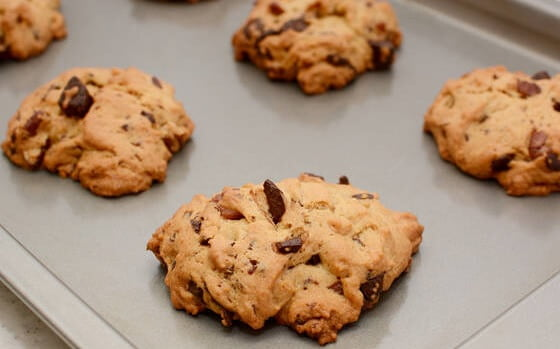 Sausainiai su riešutais ir šokolado gabalėliais