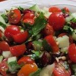 Vyšninių pomidoriukų salotos su alyvuogėmis