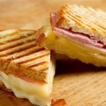 Prancūziški sumuštiniai su kumpiu ir sūriu
