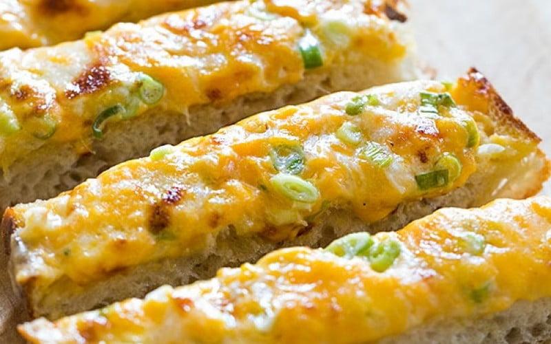 Duonos apkepėlė su sūriu