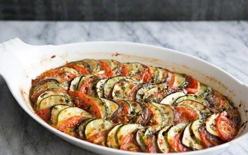 Cukinijų, baklažanų ir pomidorų apkepėlė