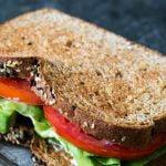Sumuštiniai su avokadu, pomidoru ir salota