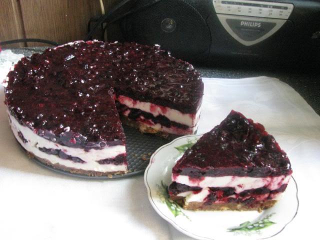 Maskarponės ir juodųjų serbentų tortas