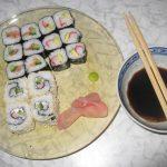Naminiai sushi su lašiša ir krabų lazdelėmis