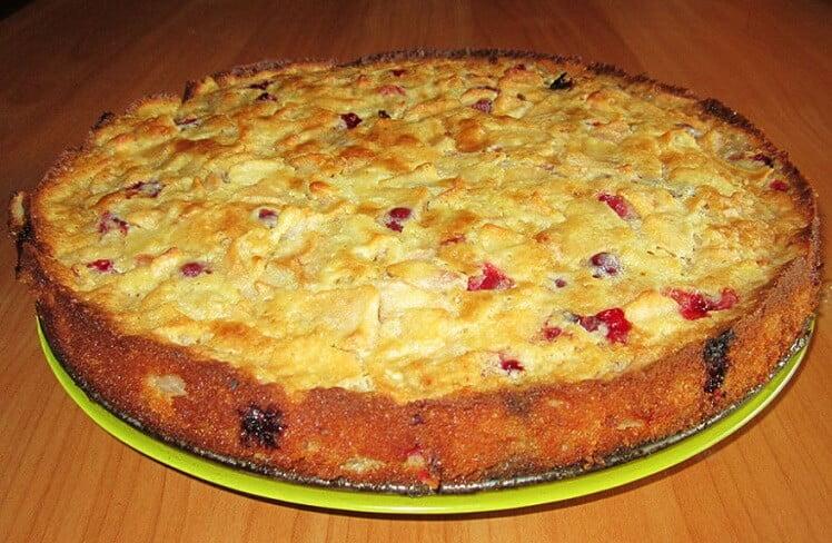 Baltojo šokolado pyragas su obuoliais ir spanguolėmis