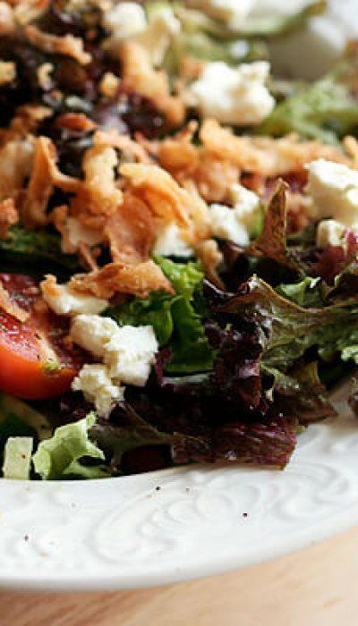 Fetos salotos su svogūnų traškučiais