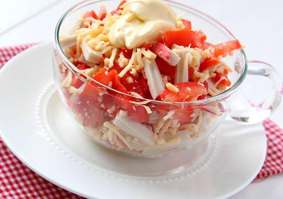 Krabų mišrainė su pomidorais ir sūriu