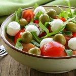 Salotos su mocarela ir pomidorais