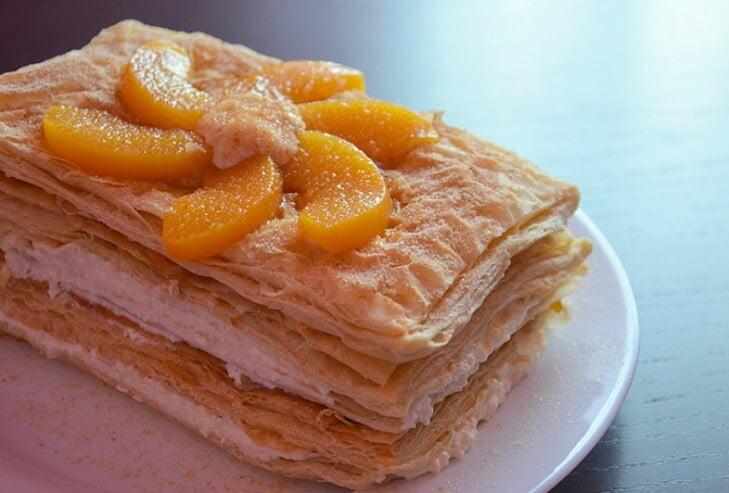 Sluoksniuotas persikų ir varškės pyragas