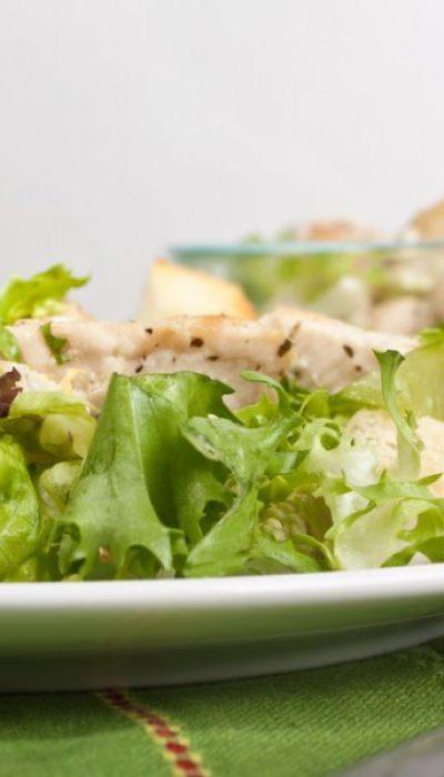 Vištienos salotos su duonos traškučiais