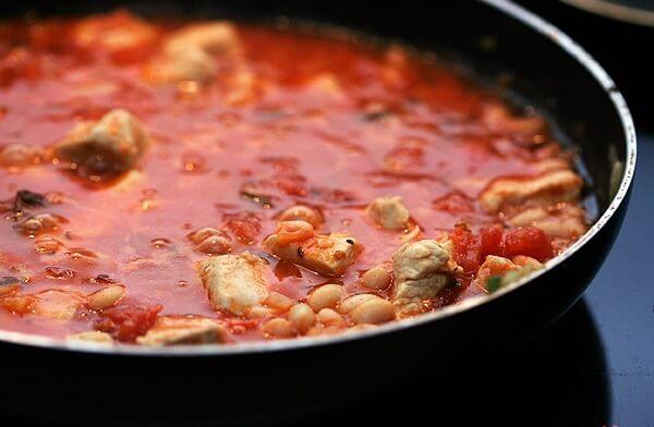 Sultingas vištienos, pomidorų ir baltųjų pupelių čili