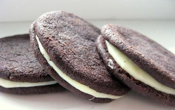 Kakaviniai sausainiai su baltojo šokolado kremu