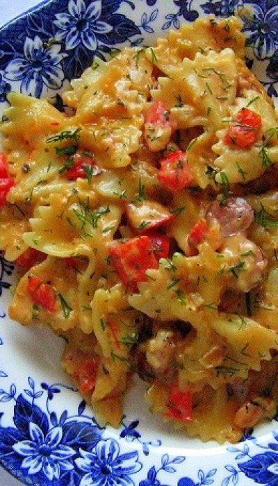 Makaronai su rūkytomis dešrelėmis grietinėlės-pomidorų padaže