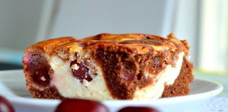 Pyragas su kremine varške ir vyšniomis