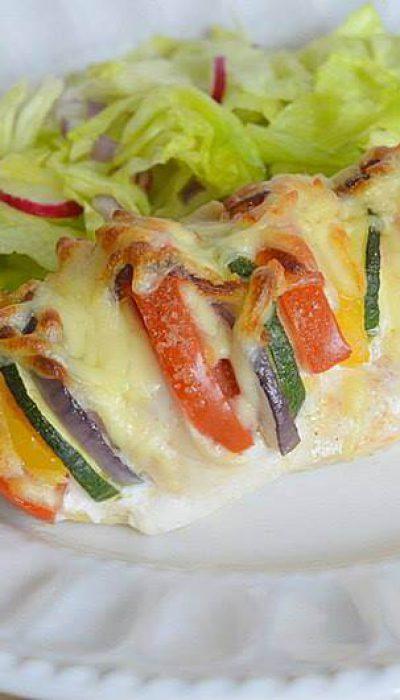 Orkaitėje kepta vištienos krūtinėlė su daržovėmis ir mocarela sūriu