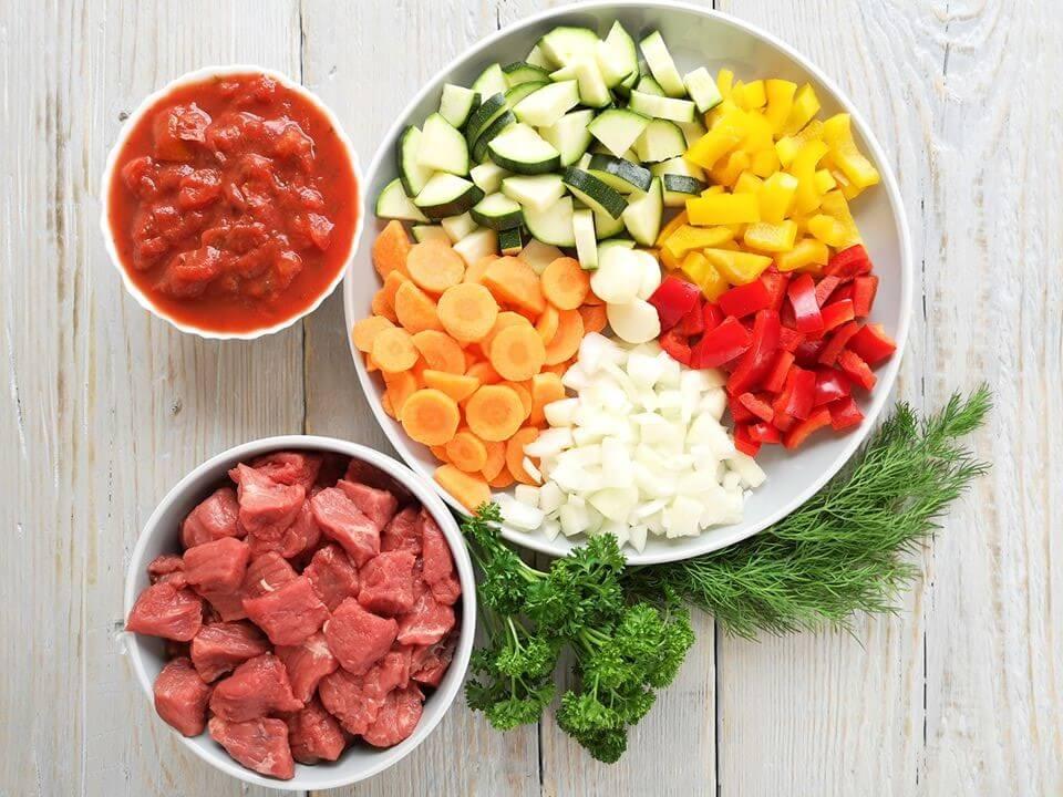 Supjaustyta jautiena, morkos, cukinijos, pomidorai, paprikos, svogūnas