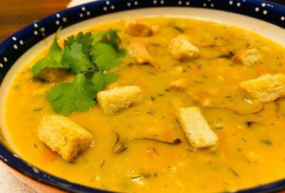 Skaldytų žaliųjų ir geltonų žirnių sriuba su spirginta šonine