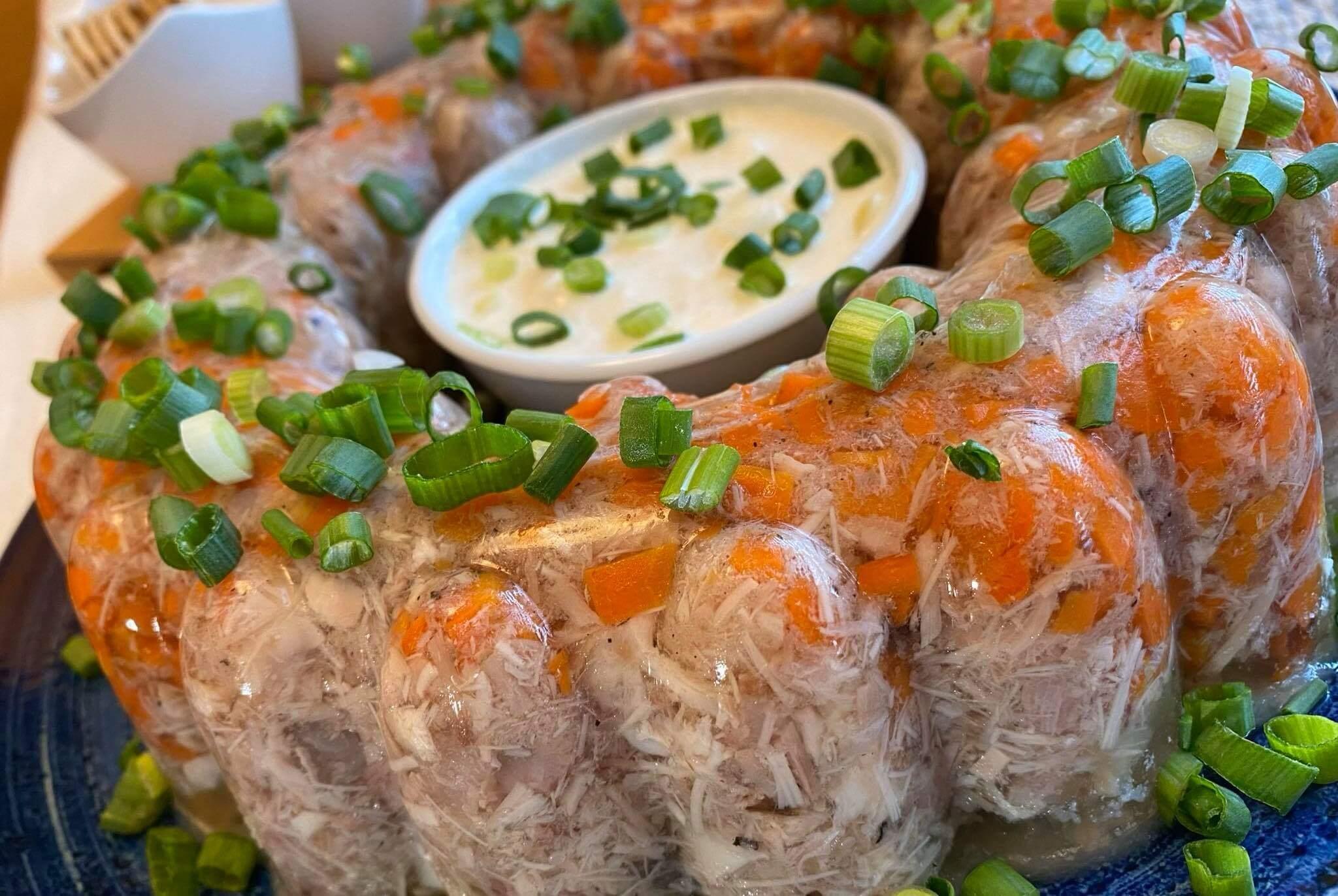Vištienos ir kiaulienos šaltiena su morkomis