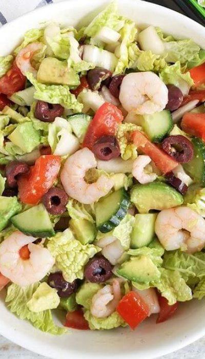Daržovių salotos su krevetėmis ir alyvuogėmis