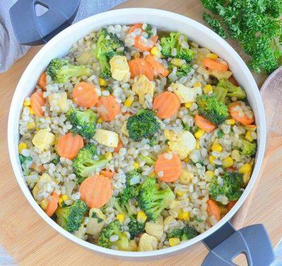 Perlinių kruopų troškinys su daržovėmis ir vištiena