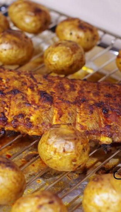 Sultingi orkaitėje kepti šonkauliukai su bulvytėmis